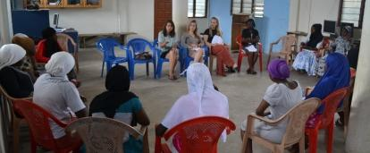 Jóvenes voluntarias de Derechos Humanos en Ghana dan una presentación a mujeres locales.